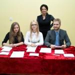 Hania Stanik, Kamila  Ćwiek, Jędrek Skrzypek czuwają nad panią Edytą Tyburczy-Kujawą