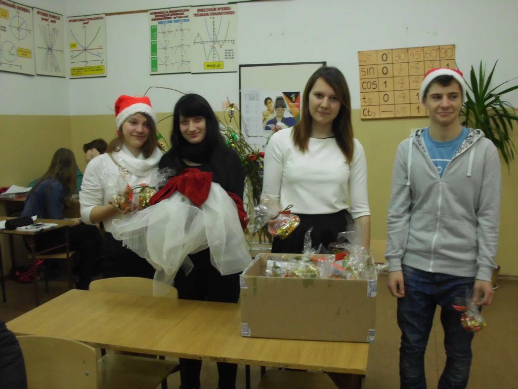 wolontariuze czekają naprzybycie Świętego Mikołaja