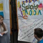Wiktoria Łozowska z IIIC czyta plakaty